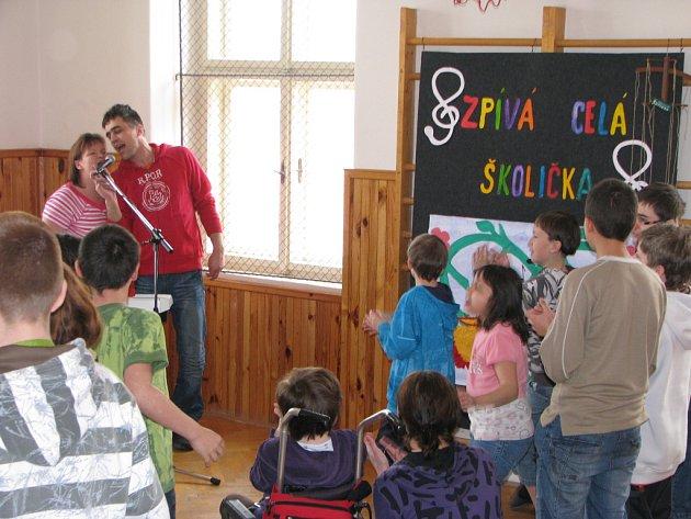 Malí školáci zpívali jako o život