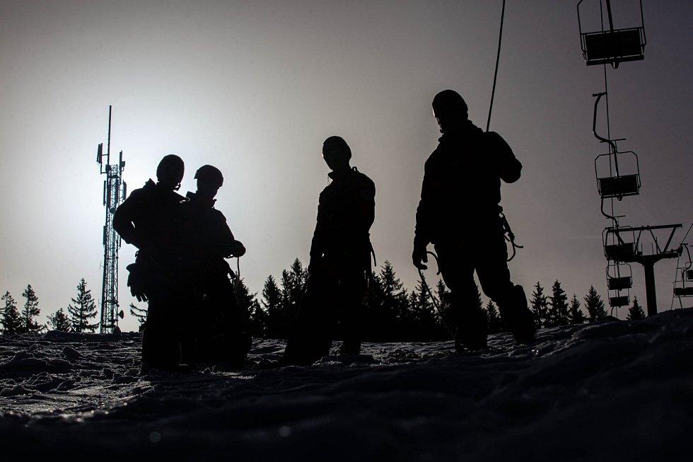 Profesionální hasiči - lezci využili lanovku ve Skicentru Deštné v Orlických horách.