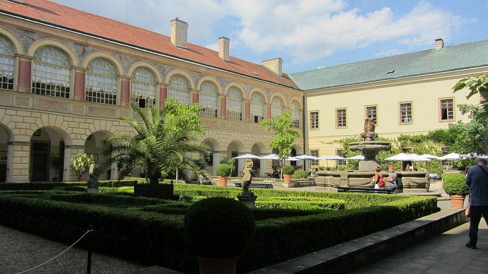 Nádvoří zámku pod vedením Diany prokouklo a zkrásnělo. Foto: Deník/Jana Kotalová