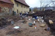 Zámecká konírna na Doudlebách se stala centrem archeologů, kteří zde našli významné objevy o historii v okrese.