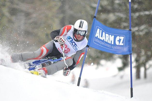 TŘETÍ MÍSTO vybojoval v super obřím slalomu v rakouském Nauders Pavel Čiháček z TJ Sokol Deštné v Orlických horách. V obřím slalomu skončil těsně za stupni vítězů.