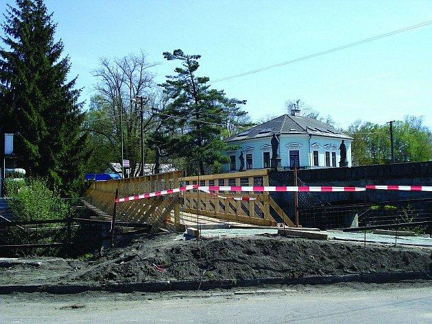 Kamenný most přes řeku Zdobnici denně zaplní hustá doprava. Na památce chybí několik soch a jsou na ní patrné nešetrné zásahy a nevhodné pokusy o opravy. Vše vyřeší rekonstrukce, která most uzavře na celé tři měsíce.