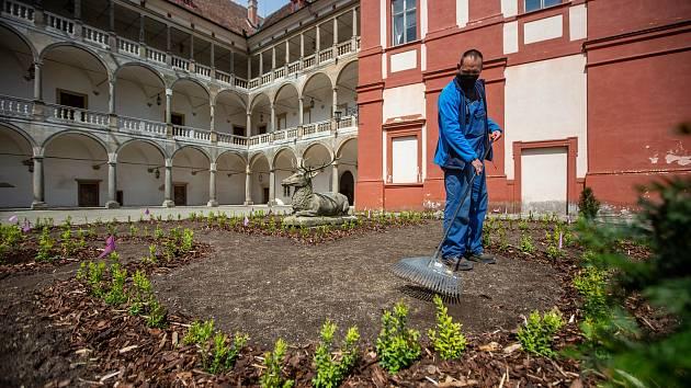 Jeleni na zámku v Opočně sedí na nových záhonech. Památka se tak připravuje na novou turistickou sezonu.