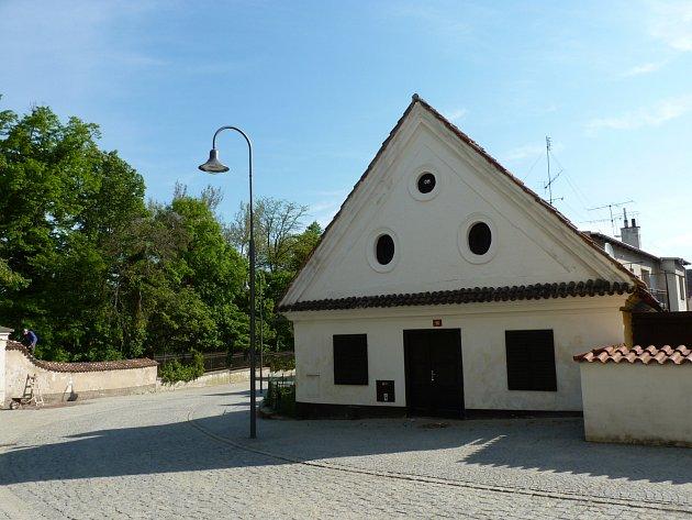 DOMEK SE NEZMĚNIL, ačkoli od dob, kdy se v čp. 36 peklo, uplynulo už mnoho let.  Dnes je stavení  součástí jednoho z nejhezčích míst opočenské pěší zóny.