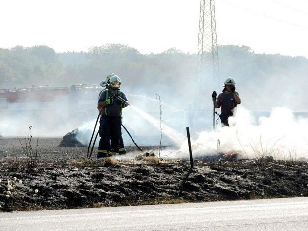 Hasiči museli v době vysokých teplot hasit vzniklý požár v Petrovičkách.