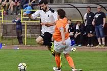 Rychnovský záložník Bastos Oliveira Flavio Daniel (na snímku vlevo v derby s Kostelcem n. O.) vstřelil na hradecké Slavii gól, ale utkání pro vyloučení nedohrál.