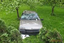 Levotočivá zatáčka v obci se stala osudnou jednadvacetiletému řidiči vozu Renault Clio.