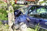 Řidič narazil do stromu. Na místo musel i vrtulník.