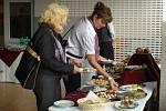 PERSONÁL V OPOČNĚ může být spokojený. Nejen že vaří v nové, moderní kuchyni, ale za výdejním pultem je také nová jídelna. Pohled na spokojené strávníky (na snímku jsou účastníci slavnostního otevření, které se uskutečnilo ve středu) je pro ně příjemný.