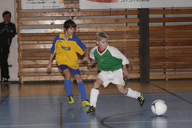 SOUBOJ týmů z Rychnovska skončil vítězstvím celkové druhé Solnice (ve světlých dresech).  Mladší žáci Českého Meziříčí byli příjemným překvapením turnaje a skončili těsně za stupni vítězů.