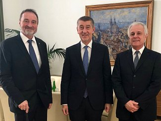 O budoucnosti rychnovské nemocnice jednal senátor Miroslav Antl (vlevo), premiér Andrej Babiš (uprostřed) a starosta Rychnova nad Kněžnou Jan Skořepa (vpravo).