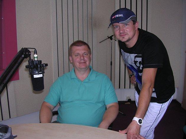 Lékař Jaromír Kočí s moderátorem Miroslavem Vaňurou při rozhovoru v Českém rozhlase Hradec Králové
