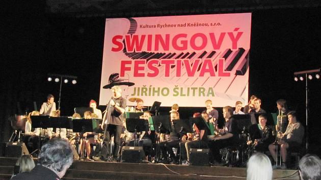 HUDEBNÍ FESTIVAL zahájil orchestr Big Band z Police nad Metují, který měl  veliký úspěch. Během dvou dní si mohli návštěvníci poslechnout hudbu nejen v rytmu swingu.