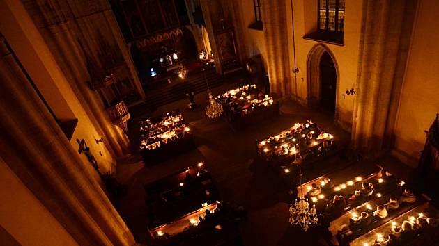 Velikonoční vigilie na Bílou sobotu v rychnovském kostele Nejsvětější Trojice .