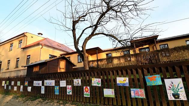 MŠ Kvasiny připravila venkovní výstavu.