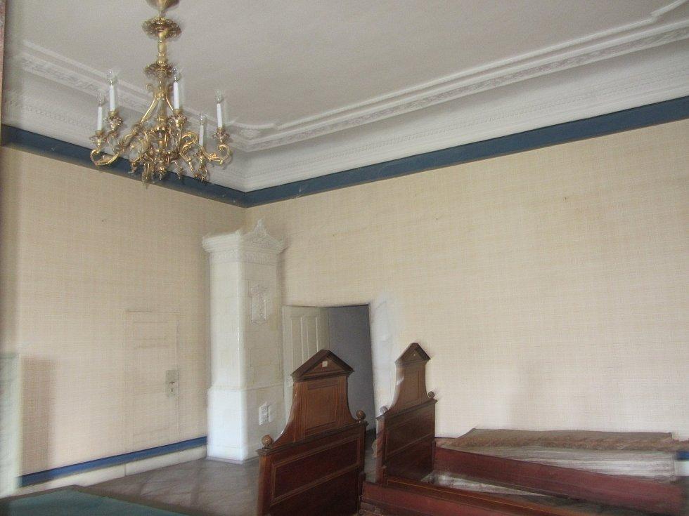 Z druhého patra opočenského zámku. Ložnice druhého apartmánu.