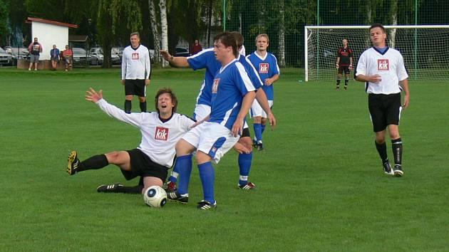 Doberští hráči zastavili kapitána C-týmu Dobrušky Romana Baláčka (v bílém dresu) nedovoleným způsobem.Z  výhry se nakonec radovali hostující fotbalisté.