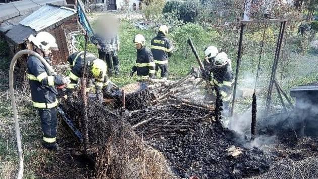 Požár kurníku a odpadu na kompostu v Častolovicích.