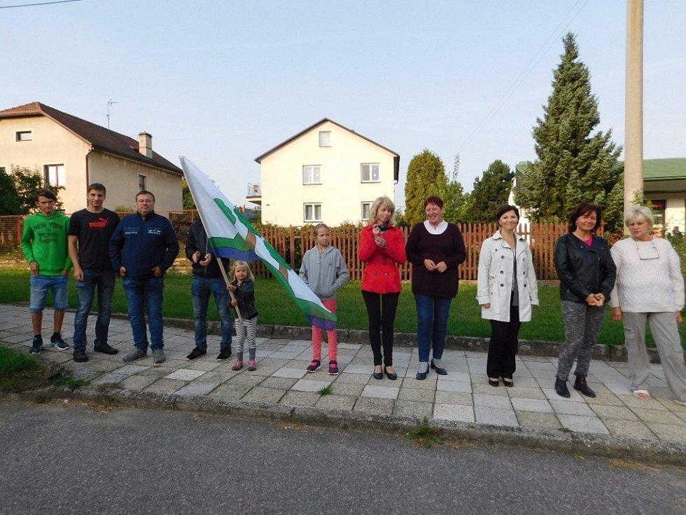 V blízkosti hasičské zbrojnice vítali komisi obyvatelé Přepych.