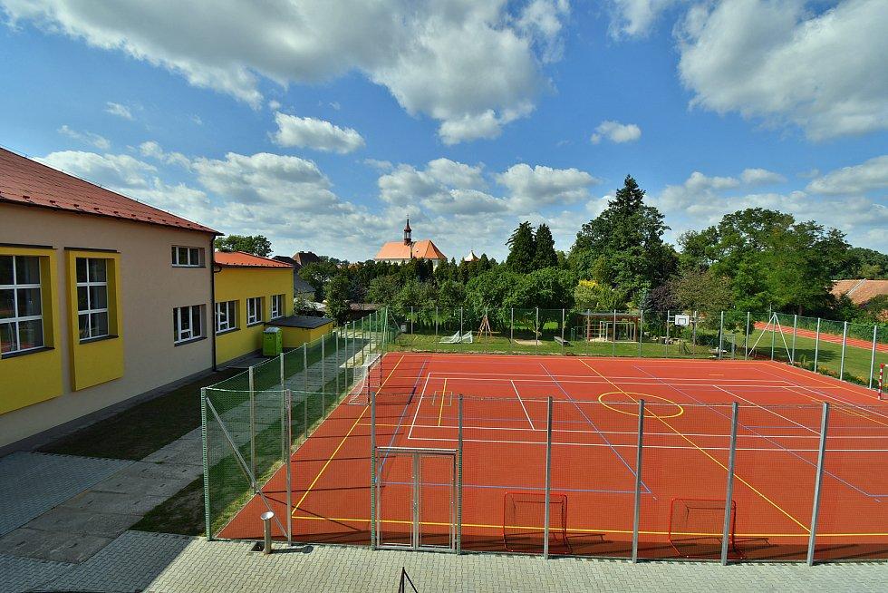 Zrekonstruovaný areál u borohrádecké Základní školy TGM.