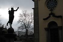 Rychnov nad Kněžnou: Okolí kaple Proměnění Páně zdobí socha Krista na pískovcovém podstavci.