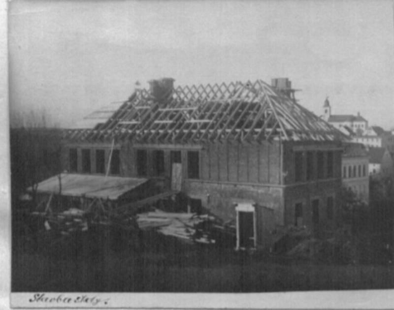 Stará česká škola v Olešnici v Orlických horách pochází z meziválečných let, slavnostně byla otevřena 13. září 1925. Snímek je ze stavby.