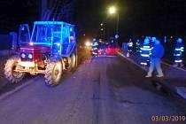 Dopravní nehoda osobního automobilu a traktoru v Kvasinách.