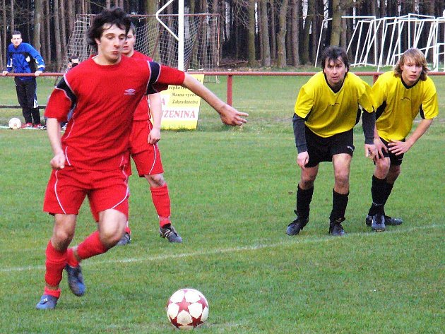 Daniel Faltys z Kostelecké Lhoty se rozbíhá na rozhodující penaltu proti celku FC Rokytnice.