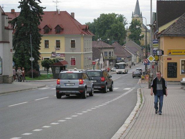 Škoda Yeti projíždí Solnicí.