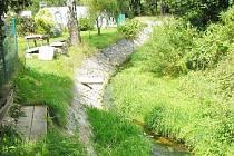 Ohnišovský potok protéká středem obce
