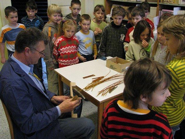 Solnická Základní škola voní celý týden dřevem: Mezi školáky zavítali Miloš Mašek ze Solnice a Jiří Kyral ze Záhornice, aby předvedli praktickou ukázku pletení pomlázek a košíků.