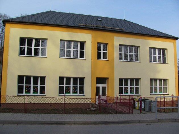 Základní a mateřská škola v Bartošovicích v Orlických horách.