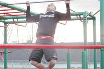 Cvičení na workoutovém hřišti