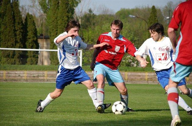 Z utkání krajské I. A třídy Dobruška - Dvůr Králové B (4:0) a Kostelec nad Orlicí - Hořice (4:1).