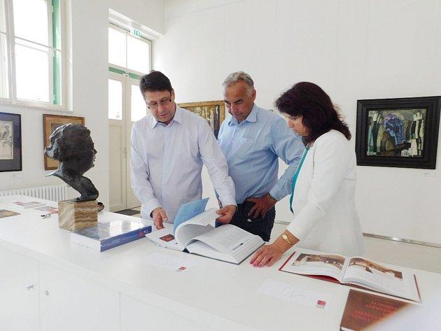 VLADIMÍR LEKEŠ (vlevo) ukazuje zástupcům Opočna a Dobrušky novou publikaci.