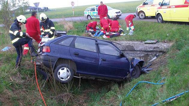 Řidička narazila do betonového mostku