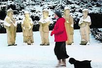 Sousoší Petra Bajzy, Bejvala Antonína, Pepka Zilvara, Edy Kemlinka a Čeňka Jirsáka už deset let v každém ročním období pozoruje dění v Panské ulici v Rychnově nad Kněžnou.