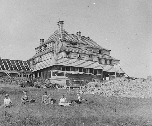 Rozestavěná ještě nedokončená Masarykova chata na Šerlichu. Její slavnostní otevření se konalo dne 27.září roku 1925.