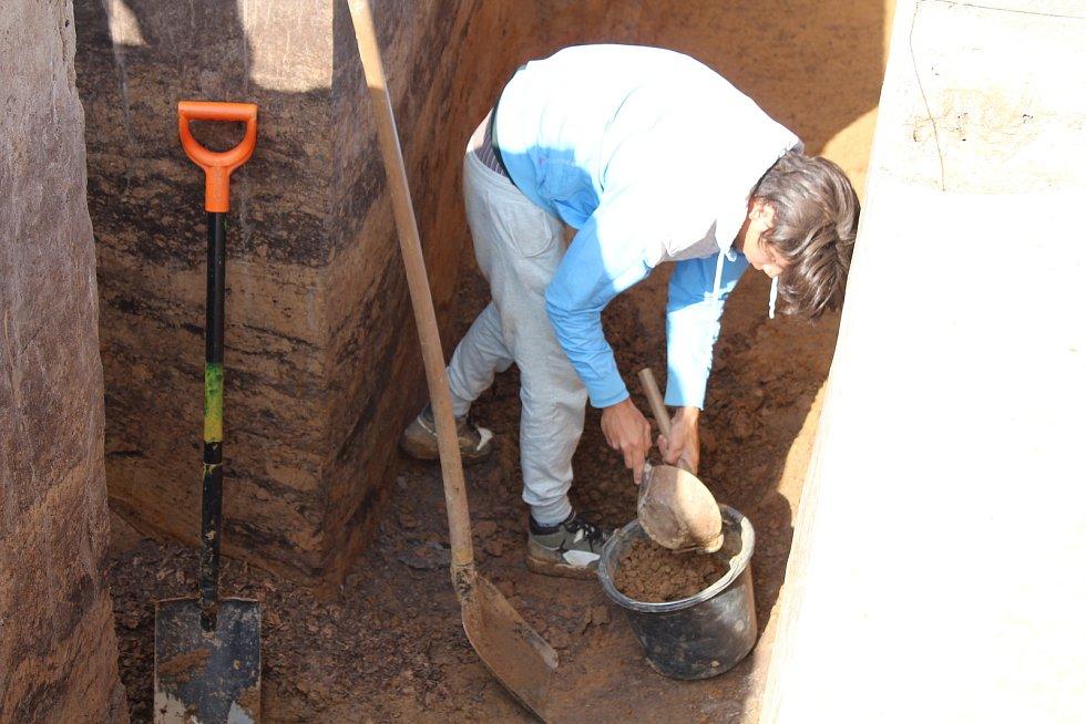 Ze záchranného archeologického výzkumu u Doudleb nad Orlicí. Práce v hliníku.