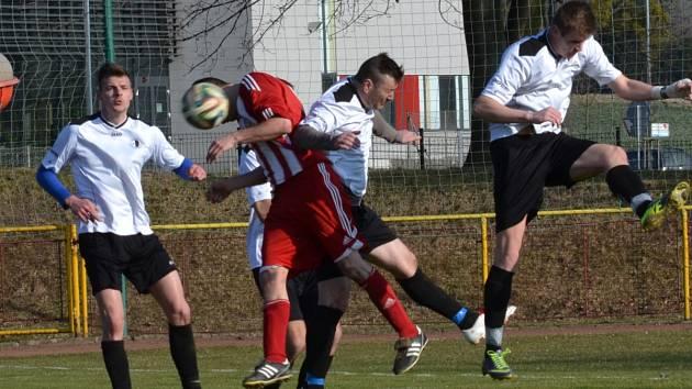 Roman Kubec (na snímku z utkání s Libčany zcela vlevo) se v Kratonohách při rozhodující penaltové sérii postavil do branky a vedl si nadmíru zdatně.