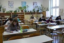 Studenti Gymnázia Františka Martina Pelcla v Rychnově nad Kněžnou při generální zkoušce státních maturit