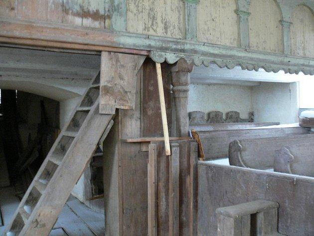 Z minulosti kostela sv. Jana Nepomuckého na Vrchní Orlicí. Stavba chátrala od 70. let minulého století.