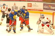 DVANÁCT GÓLŮ padlo v barážovém utkání v Jičíně, kde domácí hokejisté (bílé dresy) porazili Opočno 9:3.
