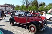 V Opočně ve Svátek práce tradičně odstartovala prvomájová jízda Veteran Car Clubu Dobruška. Nově se však potkala s jinou obnovenou tradicí