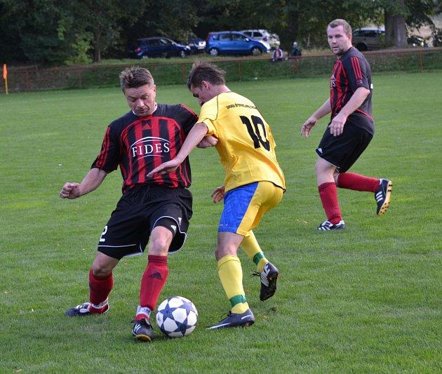 Na snímku Roman Pajor (vlevo) bojuje o míč s hostujícím Petrem Janečkem.