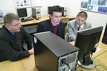 Maturanti rychnovské VOŠ a SPŠ při zkoušce z CAD/CAM systémů v učebně výpočetní techniky.