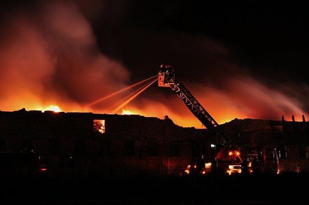 Požár kravína v Králově Lhotě (Rychnovsko) dne 3. 2. 2009.