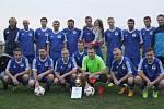 VÍTĚZNÝ TÝM. Fotbalisté AFK Častolovice s vítěznou pohárovou trofejí.