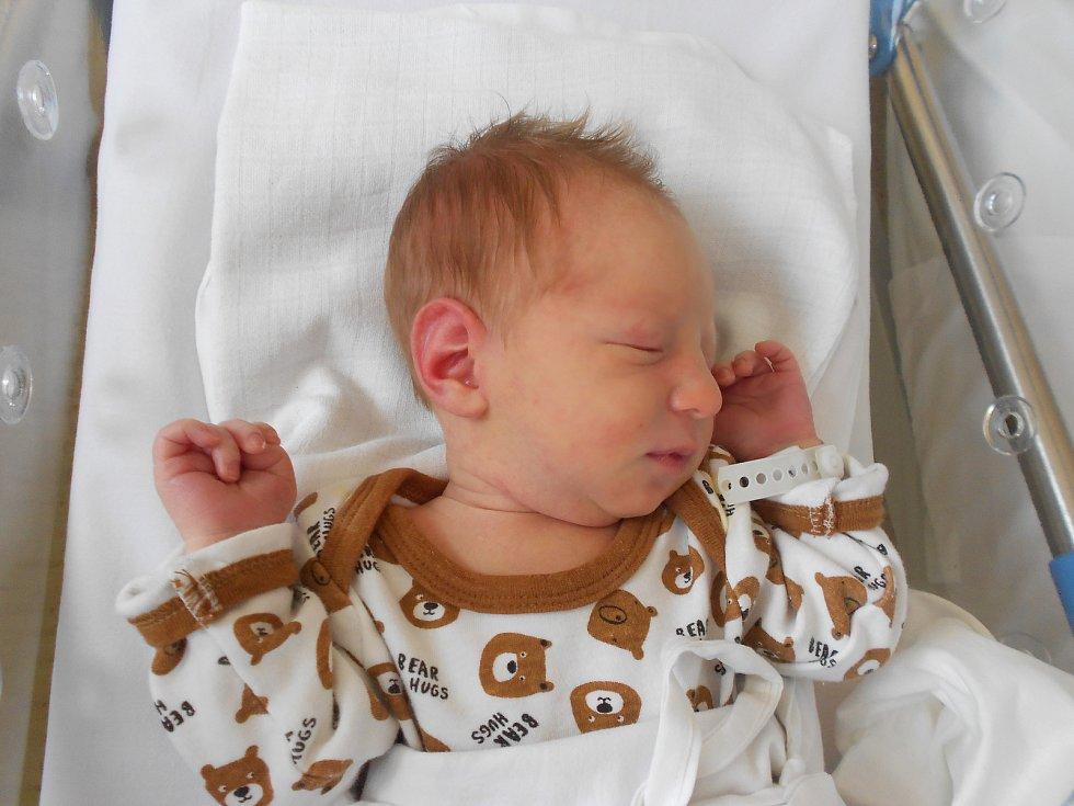 LUKÁŠEK poprvé vykoukl na svět 7. června v 11.27 hodin. Po narození měřil 51 cm a vážil 2990 g. Velmi potěšil své rodiče Denisu a Martina z Týniště nad Orlicí. Doma se těší sestřička Natálka. Tatínek byl u porodu velmi důležitou oporou.