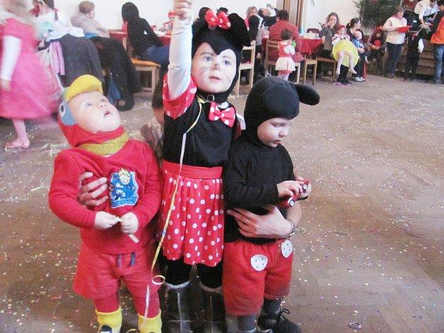 Školský ples pořádaný v Bílém Újezdě vystřídal druhý den dětský karneval.